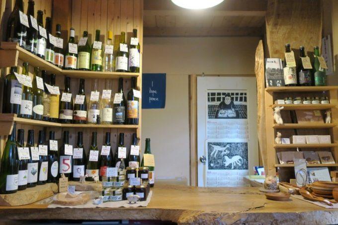 山田農場チーズ工房の小さな店内。