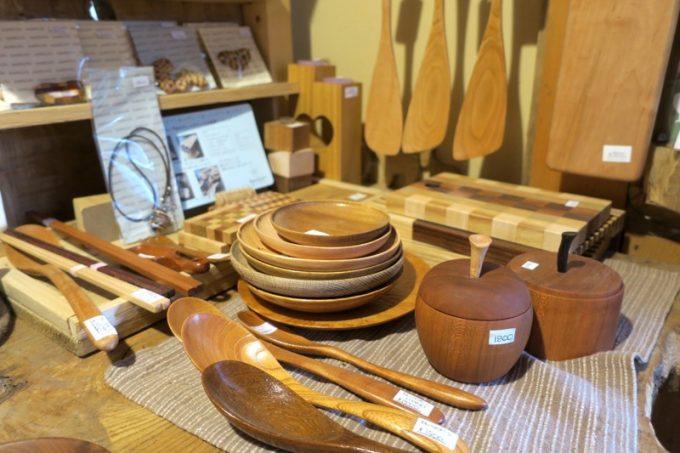 木製の食器類も。
