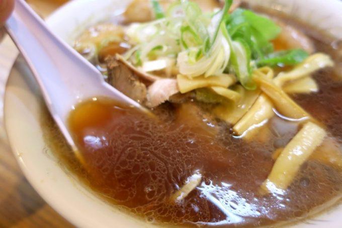 濃い色だが、それほそしょっぱくない醤油スープ。
