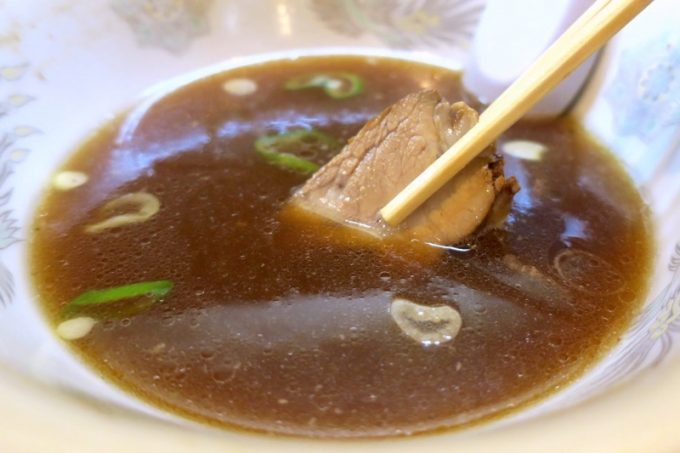 全て食べ終わった、と思ったら、スープの底からチャーシューが!