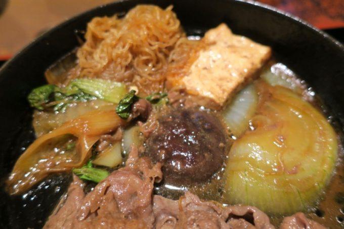お肉の下には野菜やしらたき、豆腐など。