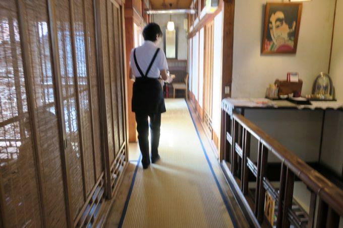 黒光りの階段を登り、2階へ案内された。