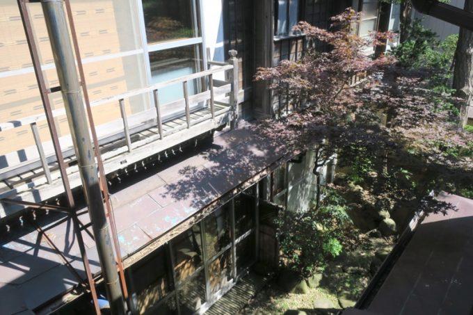 2階の窓から中庭を眺める。