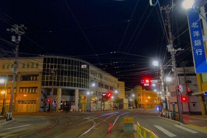 夜の函館の市電「十字街停留場」付近。