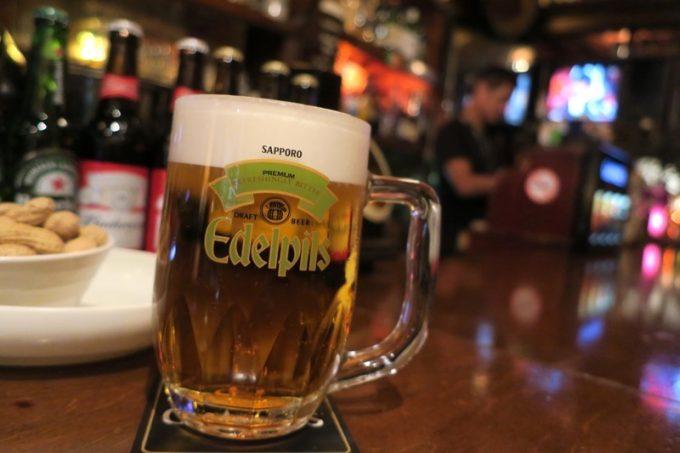 「Beer BAR山下」のエーデルピルス(ジョッキ、500ml、650円)
