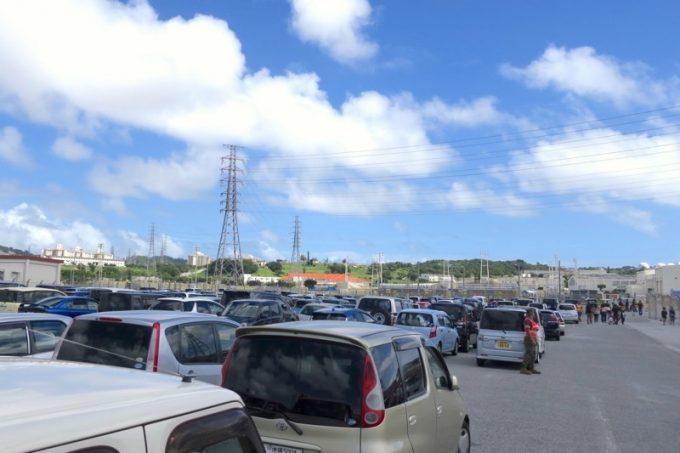 キャンプフォスターの駐車場には車がいっぱい。