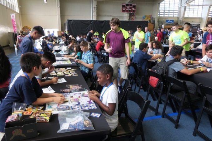 カードゲームで対戦する人たち。
