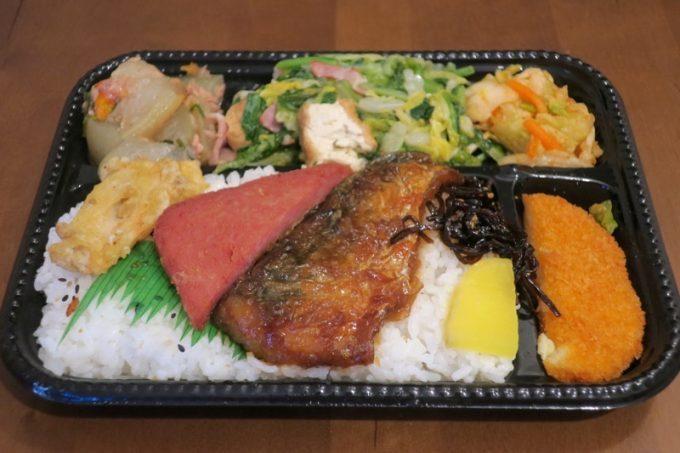 ファミリーストアてんばのお弁当(魚とチャンプルーなど。350円)