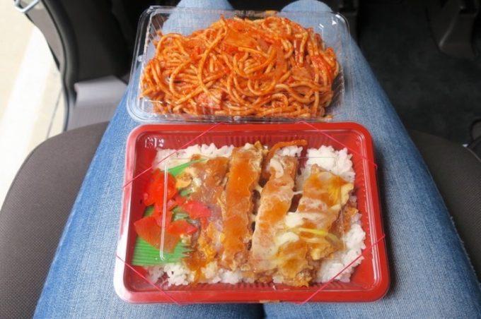 ファミリーストアてんばのミニカツ丼(280円)とナポリタン(150円)