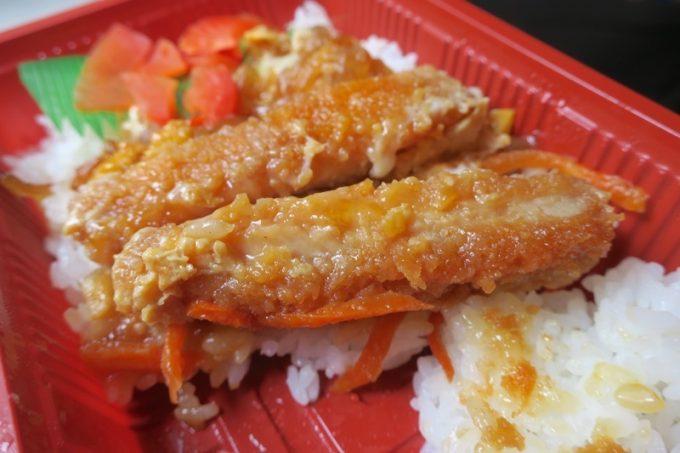 ミニカツ丼はミニサイズながらお肉もしっかり。
