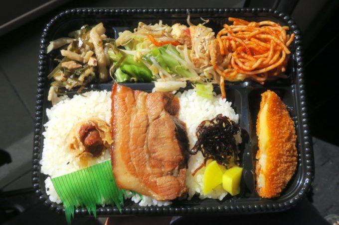 ファミリーストアてんばのお弁当(三枚肉のラフテーとチャンプルーなど。350円)