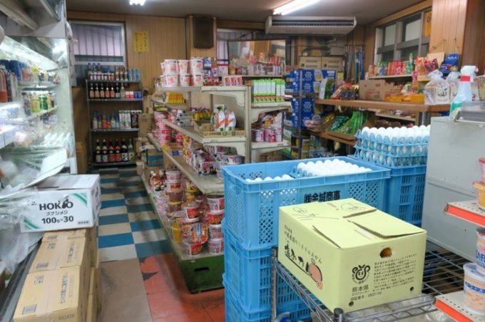 お弁当売り場以外にも、日用品や食料などが販売されている。