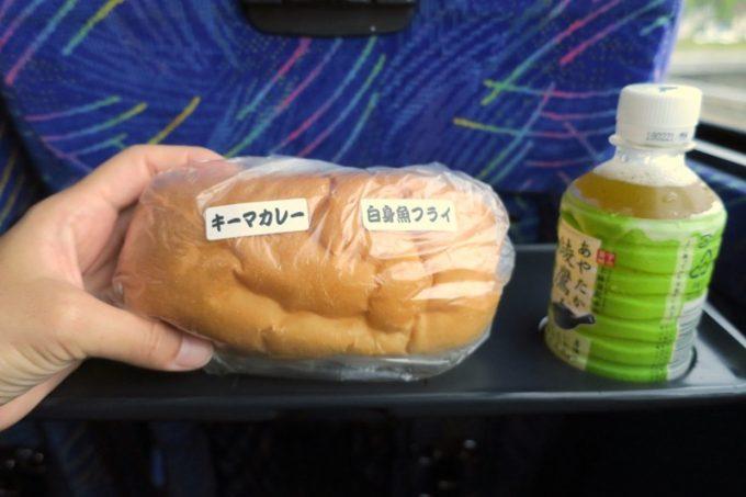 白身魚フライ(276円)にキーマカレートッピング(+107円)したものは、高速バス内で食べることにした。