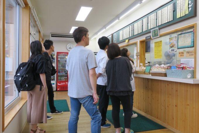 福田パン本店内部。朝7時過ぎというのに、お客さんがどんどんやってくる。