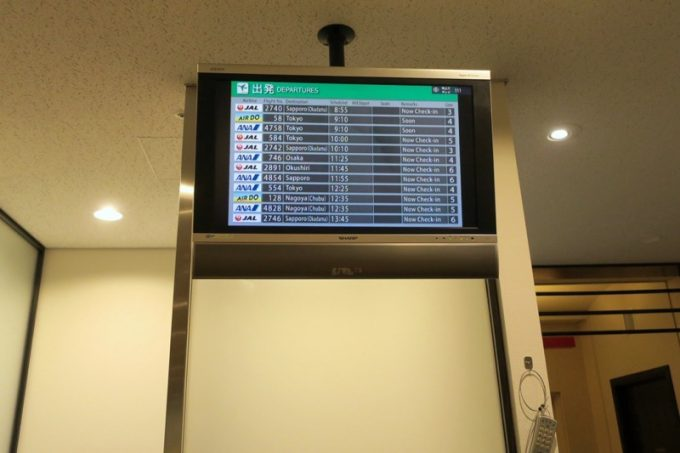ラウンジ内のモニターで出発便の確認をしながら滞在できる。