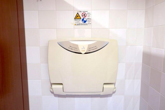 女性トイレにはおむつ交換台があった。