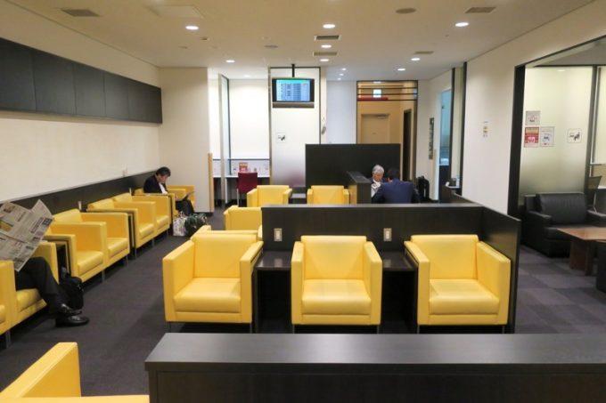 函館空港国内線のカードラウンジ座席。2017年8月にリニュアルした。