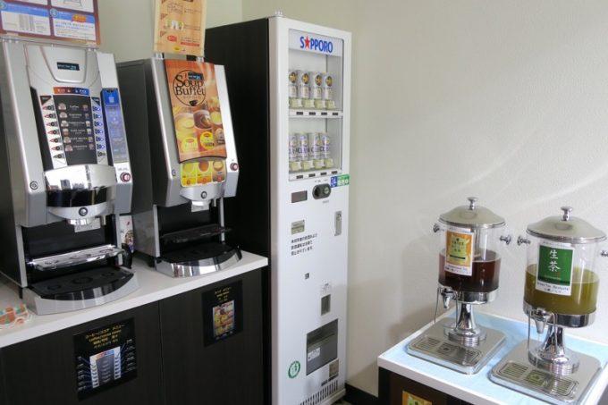 函館空港国内線のカードラウンジの無料ドリンクコーナー。