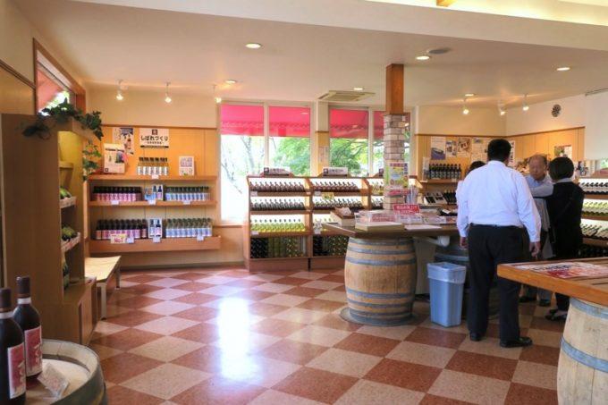 「はこだてわいん」葡萄館本店の店内。