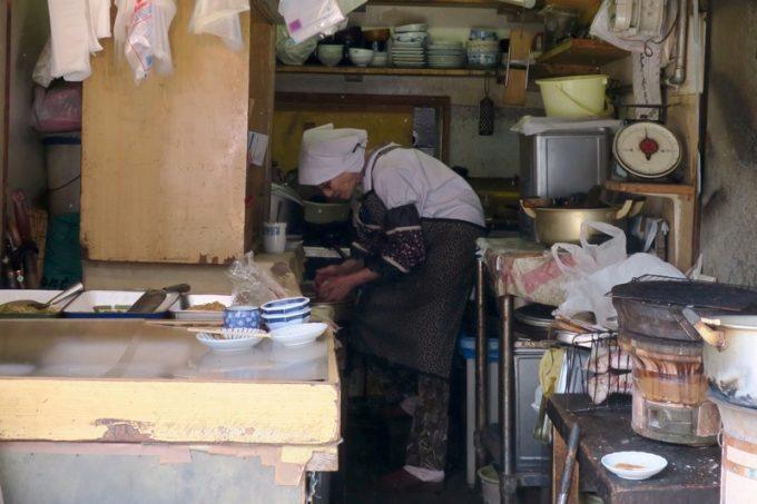 お会計後、はるえおばあちゃんは次々来るお客さんのために、おにぎりを作り続けていた。