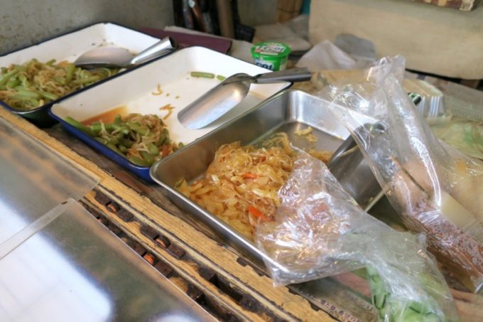はるえおばあちゃんが作ったお惣菜が並ぶ。