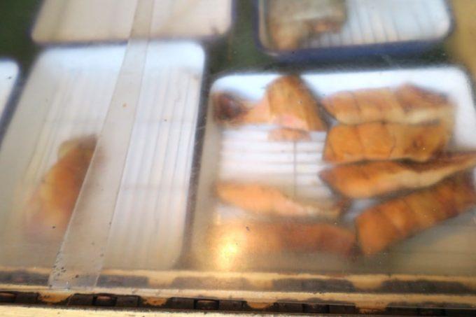 おにぎり用の焼き鮭が保管されていた。