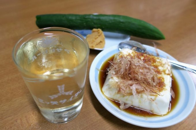 豆腐(80円)ときゅうり(50円)を購入した。日本酒によく合う。
