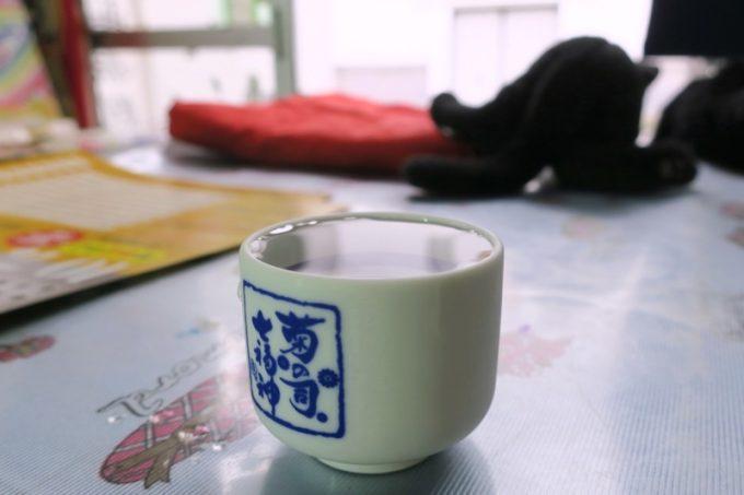 「平興商店」では利き酒(おちょこサイズで100円)も試せる。