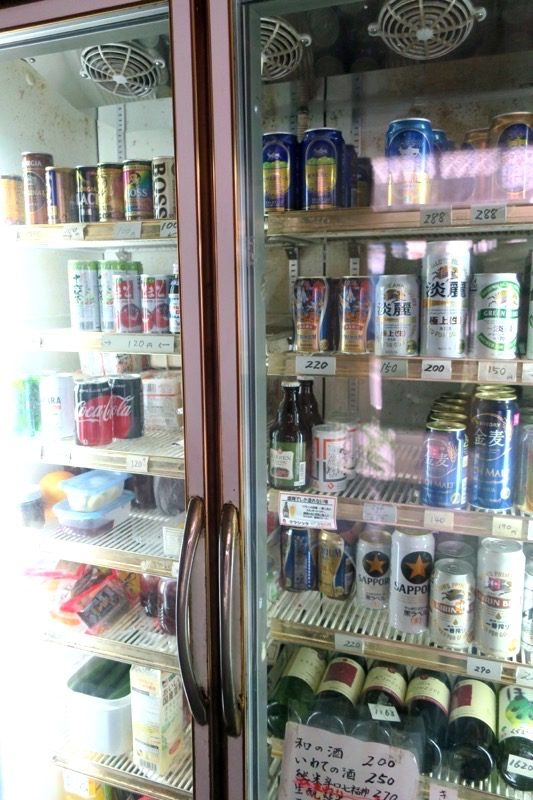 「平興商店」は酒屋さんなので、冷蔵庫から好きなお酒を取り、支払いを済ませる。