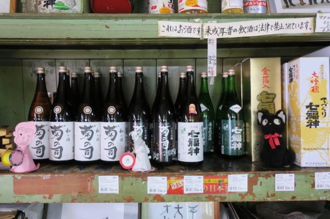 「平興商店」には日本酒がいっぱい並んでいる。