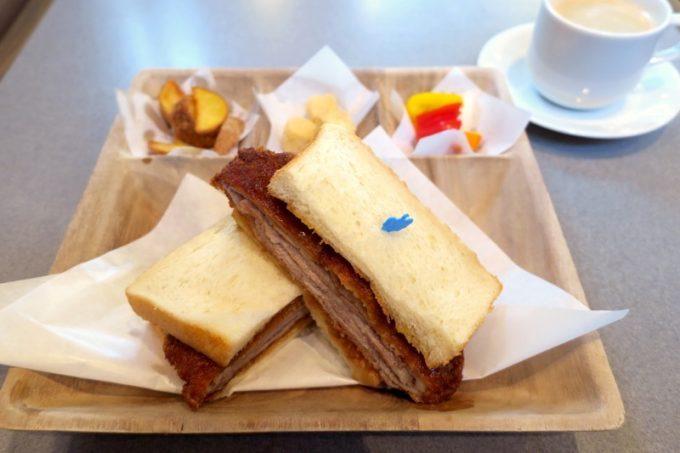 キングベークのカフェで食べた、カツサンドセット(537円+税)