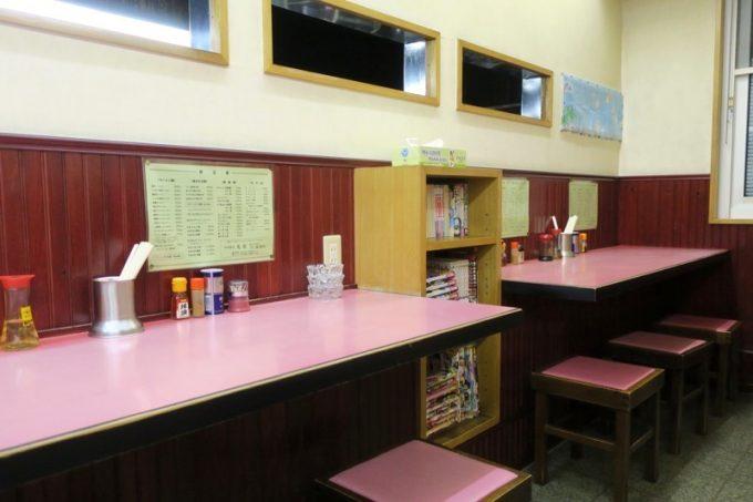 光春の店内にはカウンター席とテーブル席があった。