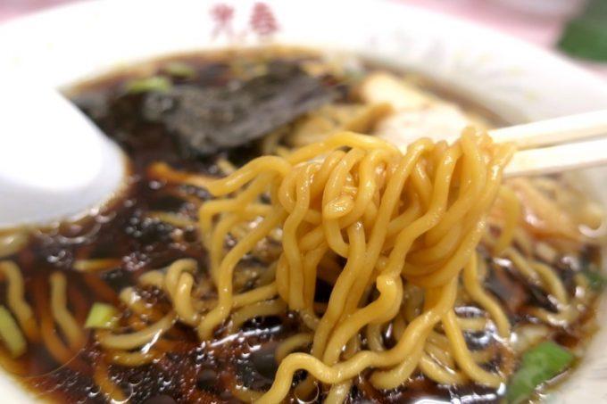 麺は縮れの卵麺。