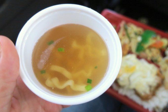 お弁当には汁物がついてくる。こちらは沖縄そば。
