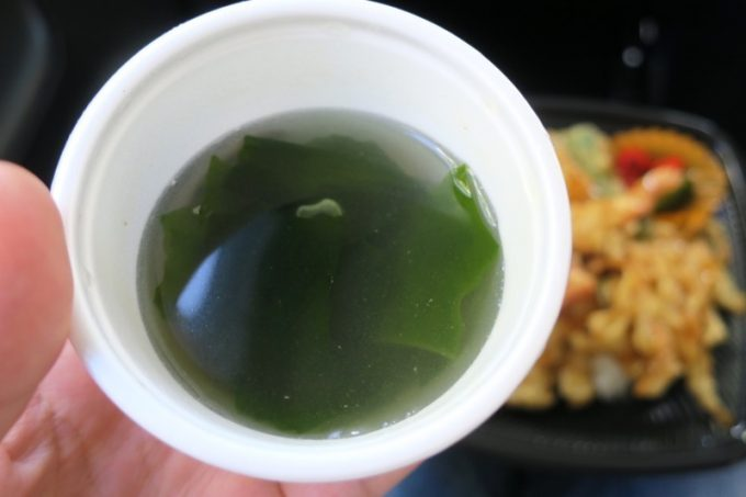 お弁当には汁物がついてくる。こちらはわかめスープ。