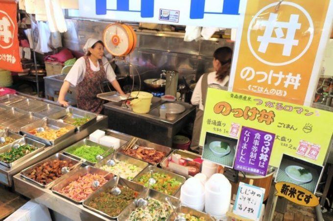 青森魚菜センターでは「元祖青森のっけ丼」が食べられる。