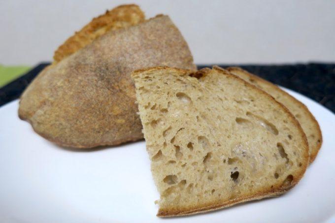 「おおば製パン」のブロン(1/4サイズ、おそらく250円)は100%有機小麦のパン。