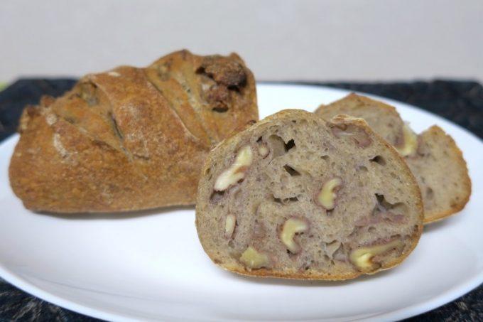 ブロンの生地にたっぷりのくるみを加えた、「おおば製パン」のくるみ(500円)