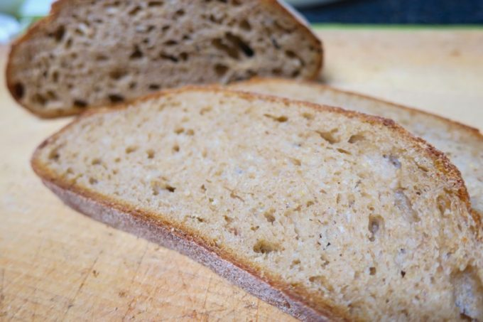 「おおば製パン」のパン・ド・カンパーニュ(サービス)はライ麦を使った酸味のあるパン。