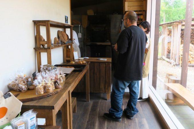 「おおば製パン」の店内。