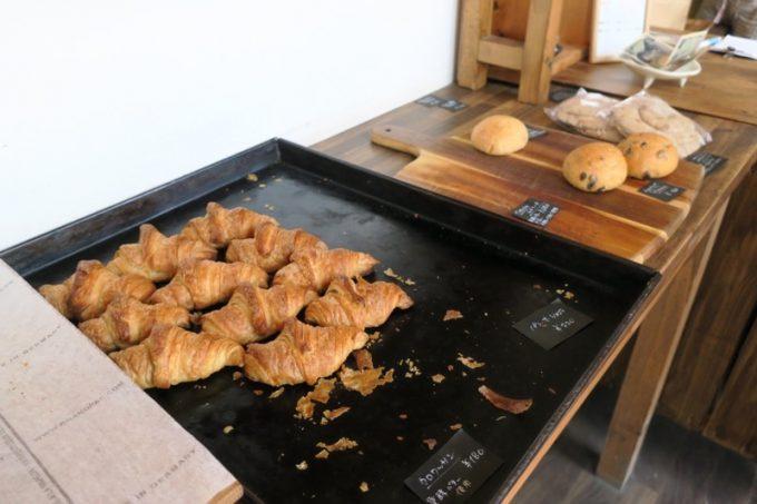 「おおば製パン」のクロワッサンとチョコチップブリオッシュ、そしてピタパン。