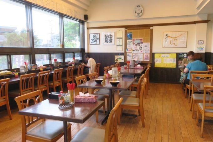 「識名そば」の店内。テーブル咳、カウンター席、掘りごたつ席があった。