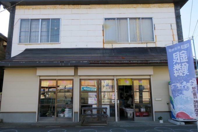 「酒保古西商店」の外観。看板は2年前の台風で落ちてしまったらしい。