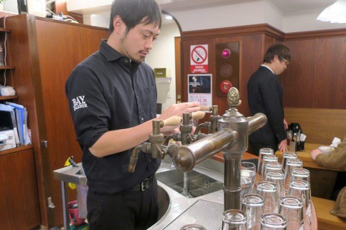 ベイブルーイング戸塚店にはチェコっぽいタップカウンターがあり、スイングカランでビールを注いでいる。