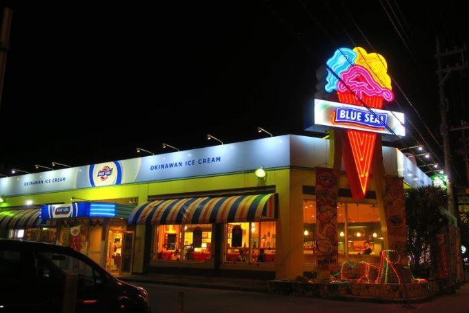 国道58号線沿いにある「ブルーシール北谷店」の外観。
