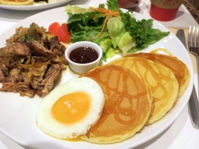 「クライマックスコーヒー北谷ハンビー本店」のカルアポークパンケーキ(920円)