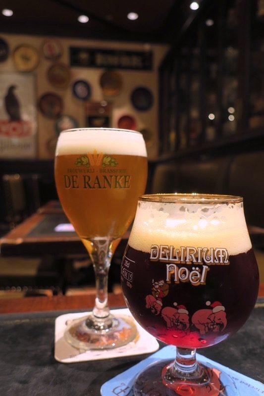デ・ランケ醸造所の専用グラスに入ったイクスイクスビター(790円)と、ヒューグ醸造所のデリリウム・ノエル(S、590円)