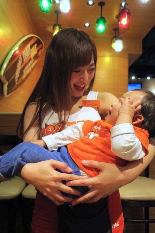 触れることはできないフーターズガールに抱かれるお子サマー。ベビーはお得だねぇ。