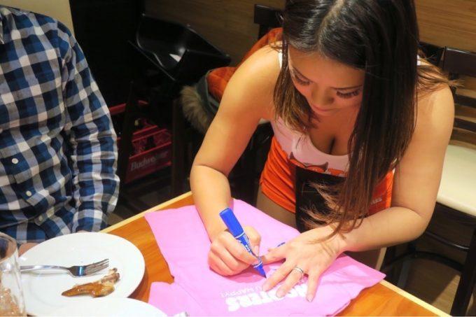 子供用のTシャツを購入し、バースデー記念のサインを書いてもらった。