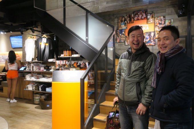 オープンしたてのフーターズ福岡店に沸き立つ人たち。